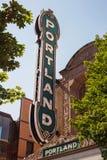 Portland tecken mellan gröna trädfilialer arkivbild