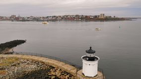 Portland-Wellenbrecher-Leuchtturm-Wanzen-Licht-Führungs-Seemänner in den Hafen stock footage