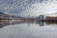 Portlandzka linia horyzontu wzdłuż Willamette rzeki dnia Fotografia Royalty Free
