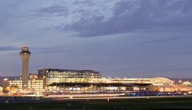 Portlandzki lotnisko mi?dzynarodowe PDX przy noc? - du?y i najlepszy lotnisko w stanie Oregon zdjęcie royalty free