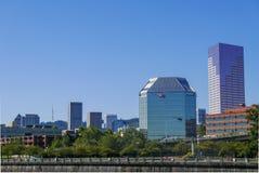 Portlandzki nabrzeże z budynkami, rower ścieżką i helikopterem na jasnym słonecznym dniu, zdjęcia royalty free