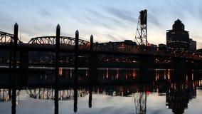 Portlandzki Oregon Sceniczny widok W centrum miasto linia horyzontu z Hawthorne mostem przez Willamette rzekę przy Błękitnym godzi zdjęcie wideo