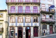 porto Португалия 12-ое августа 2017: Красивые фасады домов украсили с плитками с голубыми чертежами на вызванной улице wi Taipas Стоковое Изображение