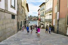 porto Португалия 12-ое августа 2017: Улица вызвала de Ла Alfandega с полом каменных блоков и туристов гуляя В backgrou Стоковое Изображение