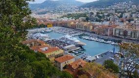 Porto agradável com muitos iate e barcos brancos luxuosos, transporte da água, viajando vídeos de arquivo