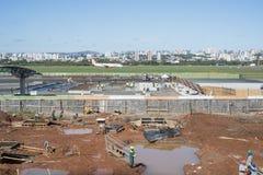 PORTO ALEGRE BRASILIEN - JULI 25: Ett brasilianskt flygplan landar därefter Arkivbild