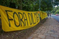 PORTO ALEGRE BRASILIEN - MAJ 06, 2016: protestera banret mot före dettapresidenten av Brasilien, dilmarousseff Arkivfoto