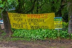 PORTO ALEGRE BRASILIEN - MAJ 06, 2016: protestera banret mot regeringen av Brasilien, baner som lokaliseras i en stad, parkerar Royaltyfri Foto