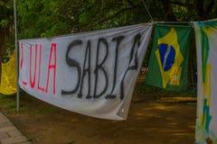 PORTO ALEGRE, EL BRASIL - 6 DE MAYO DE 2016: bandera política de la protesta contra el ex prsident del Brasil, Lula da Silva Fotografía de archivo libre de regalías