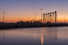 Porto all'alba sotto cielo blu Immagini Stock Libere da Diritti