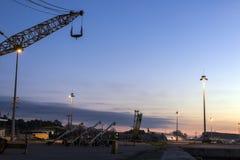 Porto all'alba sotto cielo blu Immagine Stock Libera da Diritti