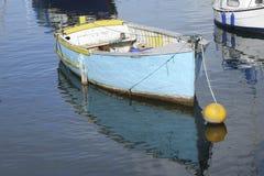 Porto azul e amarelo Devon England do porto de Brixham do barco Fotos de Stock Royalty Free