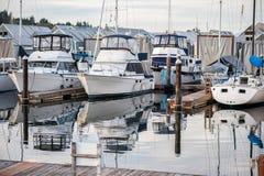 Porto bonito com os navios variados na água Imagens de Stock Royalty Free