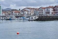 Porto bonito de San Juan de Luz na costa francesa, onde a arquitetura popular colorida encontra os barcos foto de stock