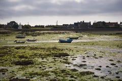 Porto in Bretagne a tempo di marea bassa fotografia stock libera da diritti