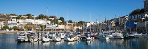 Porto BRITÂNICO de Torquay Devon com barcos e iate no dia bonito no Riviera inglês Fotos de Stock