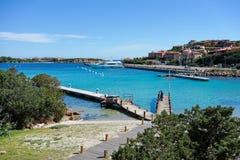 PORTO CERVO, SARDINIA/ITALY - 19 DE MAIO: Molhe e porto no porto Fotos de Stock