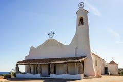 PORTO CERVO SARDINIA/ITALY - 19 DE MAIO: Stella Maris Church em Por imagens de stock royalty free