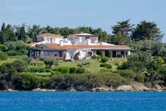 PORTO CERVO, SARDINIA/ITALY - 19 MAI : Villa de luxe à Porto CER Image stock