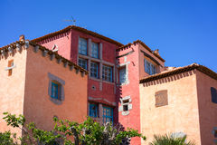 PORTO CERVO, SARDINIA/ITALY - MAJ 19: Färgglad byggnad i Por Arkivbilder