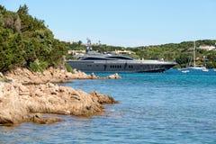 PORTO CERVO, SARDINIA/ITALY - MAJ 19: Lyxig yacht som lämnar port Royaltyfria Foton