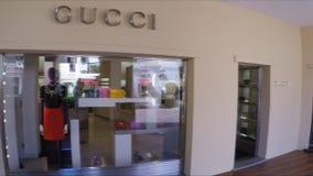 7 09 2016: Porto Cervo, Sardinige, Italië, luxe winkelt zoals Gucci en Prada stock footage