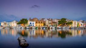 Porto Colom, de vissersboten van Mallorca en gebouwen royalty-vrije stock afbeeldingen