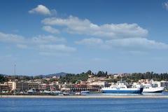 Porto com a cidade de Corfu dos ferryboats Fotos de Stock