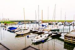 Porto com os botes ancorados em Malmo na Suécia em um dia nebuloso Fotografia de Stock