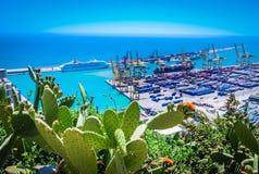 Porto comercial com navio de recipiente Imagem de Stock