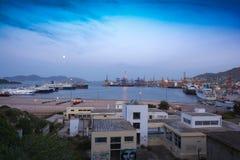 Porto comercial durante o alvorecer, Grécia foto de stock