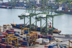 Porto commerciale con le navi porta-container durante il carico e lo scarico fotografie stock