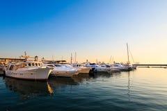 Porto commerciale degli yacht e delle imbarcazioni a motore in Mar Nero al tramonto Immagine Stock