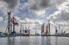 Porto con attrezzatura offshore sotto un cielo drammatico fotografie stock libere da diritti