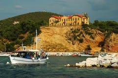 Porto con la barca e la proprietà terriera Fotografie Stock Libere da Diritti