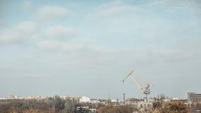 Porto con la vecchia gru nel fiume Fotografia Stock Libera da Diritti