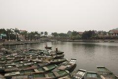Porto con le barche vietnamite Nimh Binh, Vietnam Fotografia Stock