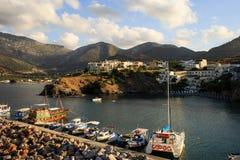 Porto con le navi marine, barche Vista panoramica da una scogliera su una baia Bali Creta, Grecia immagini stock