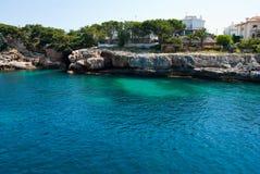 Porto Cristo baai en rotsachtige kust, eiland Majorca Stock Afbeelding
