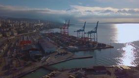 Porto da carga do mar na cidade de Rijeka na Croácia Vista do zangão Dia ensolarado no mar filme