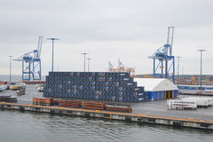 Porto da carga perto de Helsínquia imagem de stock