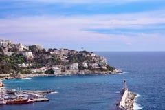 Porto da cidade francesa de agradável Os iate e os barcos privados são estacionados perto da costa fotos de stock