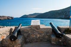 Porto da ilha de Antikythera com os cânones em Grécia Uma ilha entre Kythera e Creta Imagem de Stock Royalty Free