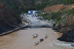 Porto das Barcas, en liten fiskeliten vik i den naturliga Costa Vicentina parkerar, Portugal Arkivbilder