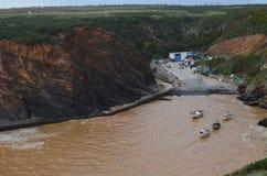 Porto das Barcas, en liten fiskeliten vik i den naturliga Costa Vicentina parkerar, Portugal Arkivbild