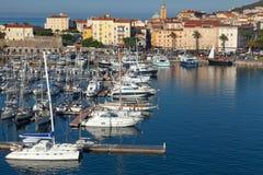 Porto de Ajácio Arquitetura da cidade litoral com iate fotografia de stock