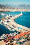 Porto de Alanya cercado por montanhas Paisagem do beira-mar Farol e barcos Lugar turístico imagem de stock royalty free