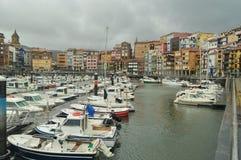 Porto de Berneo com seus barcos da pesca e dos esportes na amarração por Huracan Hugo Natureza do curso da navegação imagens de stock royalty free