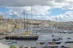 Porto de Birgu com iate em um dia nebuloso imagens de stock