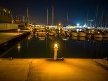 Porto de Burriana com os barcos refletidos no mar foto de stock